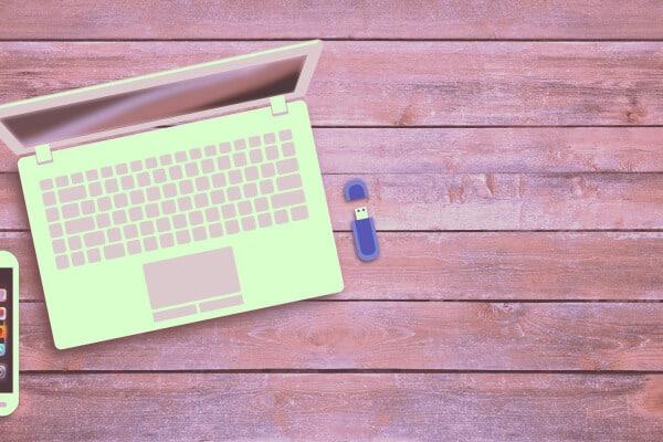 usb o pendrive azul al lado de portatil