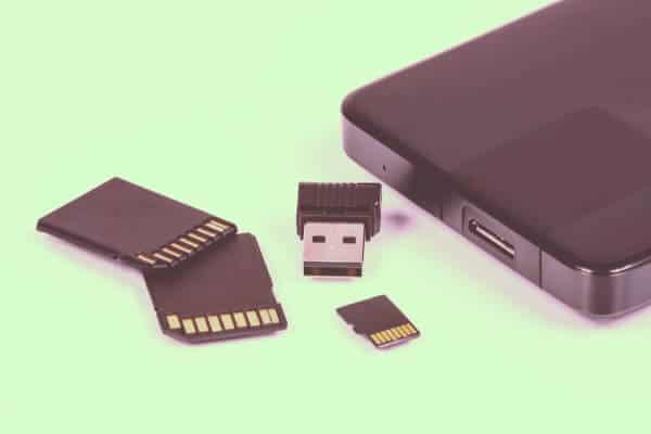 usb de color negro al lado de ranura de portatil