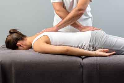 quiropractico realizando masaje