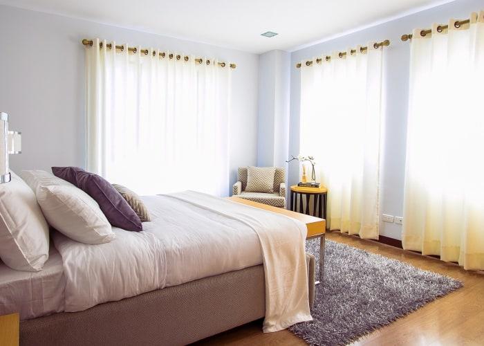 cortinas de color blanco decorando una habitacion