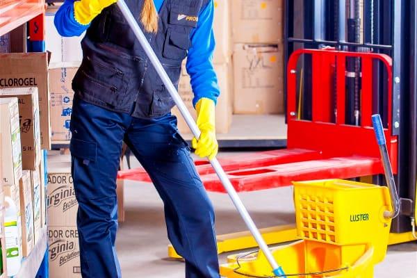 persona limpiando con ropa adecuada para ese sector